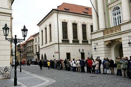 Den otevřených dvěří v pražském Karolinu. Stovky návštěvníků si mohly prohlédnout kopie zakládacích a potvrzovacích listin Univerzity karlovy, rektorské insignie, středověkou studnu a celou řadu dalších historických exponátů.