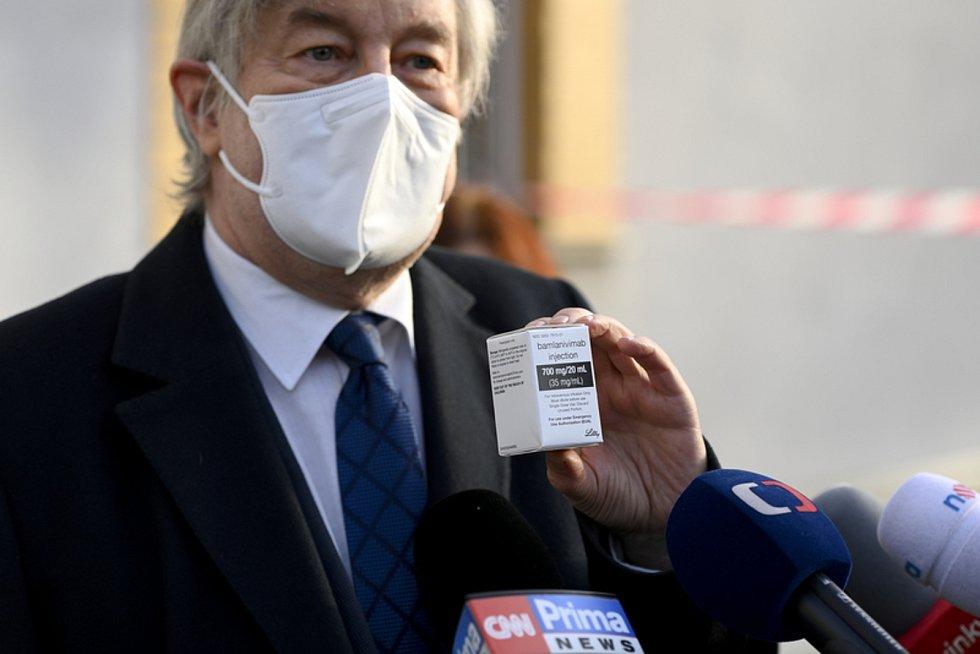 Ředitel Thomayerovy nemocnice Zdeněk Beneš 26. února 2021 v Praze ukazuje balení léku bamlanivimab pro léčbu covid-19, který má nemocnice k dispozici.