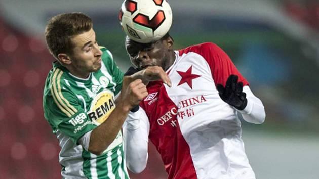 Dominik Mašek na podzim sbíral proti ostříleným borcům (na snímku s Michaelem Ngadeu-Ngadjuim ze Slavie) cenné zkušenosti a zařadil se mezi opory týmu.