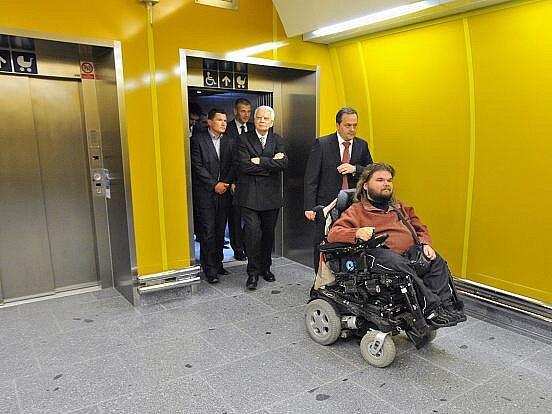 Jedním z prvních, kteří vyzkoušeli nový výtah, byl Michal Prager (na snímku vpředu), který se aktivně podílí na odstraňování bariér v hlavním městě.
