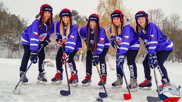 Prague Ice Ladies je klub hokejistek, které hrají na rybníku. Zleva jsou na fotografii Marina Hužvárová, Jana Vacková, Magdaléna Charvátová, Magdaléna Genčevová, Eva Adamová.