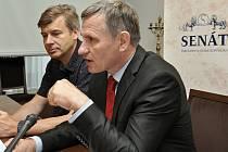 Senátor Jiří Čunek a jeden z klientů H-Systemu Martin Junek vystoupili ve středu na obranu zakladatele zkrachovaného H-Systemu Petra Smetky, který si v pankrácké věznici odpykává 12letý trest za podvod.