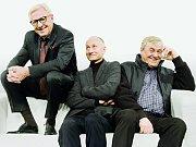 Herci (zleva) Karel Heřmánek, Josef Carda a Zdeněk Žák ve francouzské komedii Art na prknech Divadla Bez zábradlí v Praze.