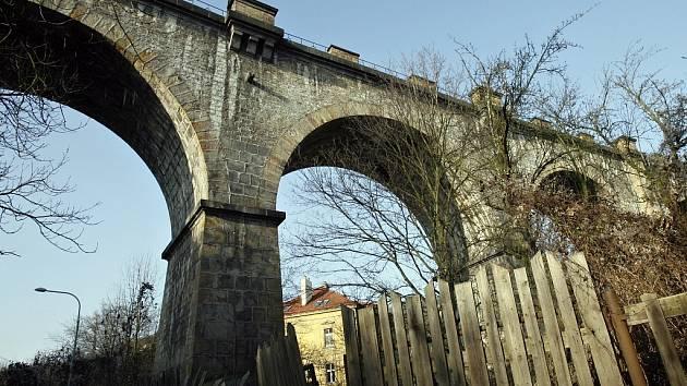 Hlubočepský viadukt, jenž je jakousi vstupní branou do Prokopského údolí.