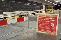 Praha (3. 7. 2017) – Dopravní podnik mění na trase C metra vysloužilé dřevěné pražce za železobetonové v kolejišti mezi stanicemi Muzeum a I. P. Pavlova. Vyžádalo si to uzavření úseku mezi stanicemi Pražského povstání a Florenc, a to od 1. až do 9. červen