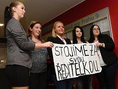 Ředitelku přišly k soudu podpořit i některé studentky ze zdravotnické školy