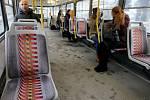Cestující v tramvaji. Ilustrační foto.