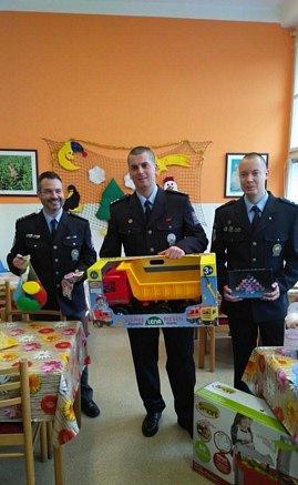 Policisté přinesli dětem dárky od Ježíška.