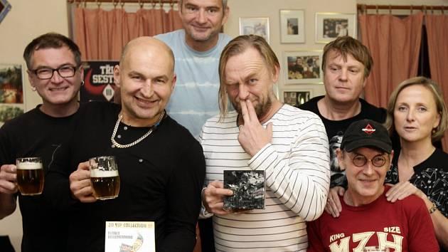 Ze zahájení společného koncertního turné kapel Tři sestry a Krucipüsk v hostinci Na staré Vozovně v Praze.