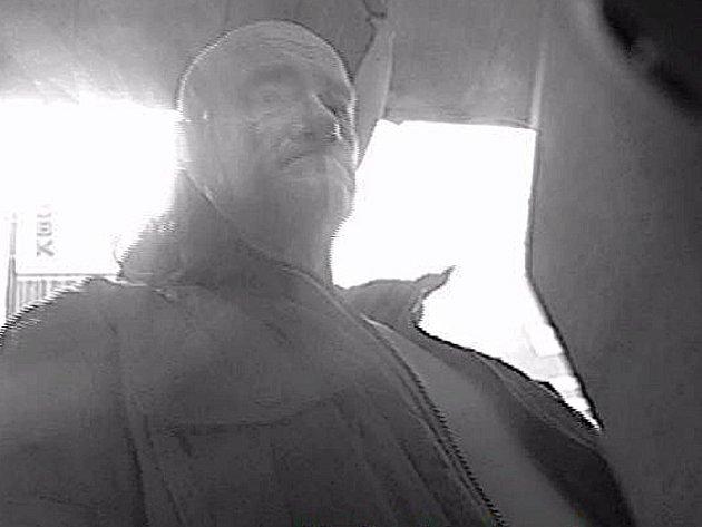 Podezřelý muž, jehož podobu zachytila kamera bankomatu při výběru hotovosti.