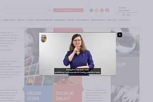 Praha 10 nechala přeložit část svého webu do znakového jazyka.