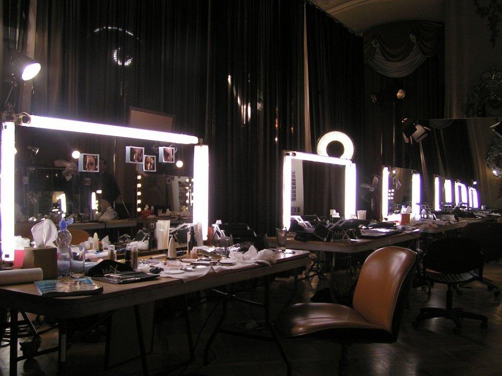 Zrcadlový sál k nepoznání - tentokrát reklama na kosmetickou firmu.