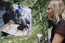 VZPOMÍNKA. Zoo si připomíná páté výročí povodní. Na snímku si návštěvnice prohlíží výstavu fotografií.