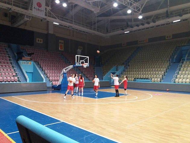 Trénink basketbalistek ZVVZ USK Praha.