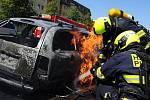 Požár aut na Barrandově.