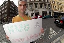 """Jedna z doprovodných akcí festivalu Prague Pride 2011 """"Obejměte se s homosexálem"""" se konala 11. srpna před pražským klubem Roxy v Dlouhé ulici."""