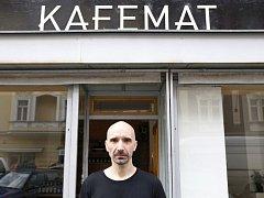 Majitel kavárny Kafemat.