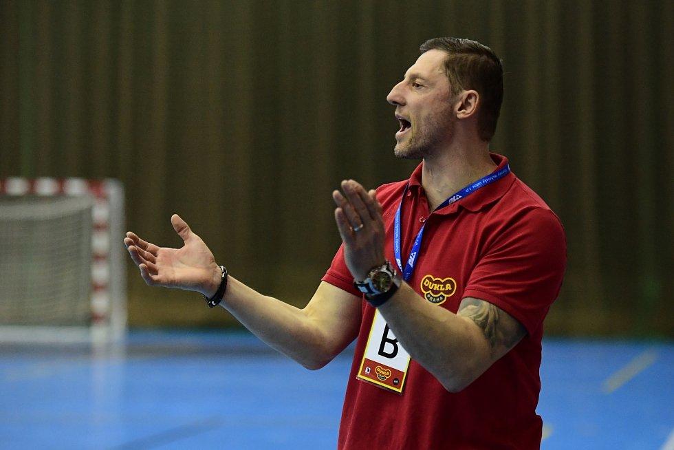 Trenér Daniel Čurda při zápase házenkářů Dukly Praha hecuje své svěřence.