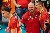 BEZPROSTŘEDNÍ RADOST. Trenér Tomáš Pomr společně s Matejem Patákem oslavují nečekané vítězství 3:0 nad Ankarou. Ani Luke Smith (vlevo) neskrývá pozitivní emoce.