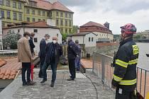 Hasiči ve spolupráci s  TSK  a Povodím Vltavy uzavřeli vrata Čertovky. Na místě byli potápěči pražských hasičů, kteří při uzavírání asistují.