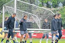 ZA JEDEN PROVAZ. Fotbalisté Sparty si při tréninku připravují přenosnou branku.