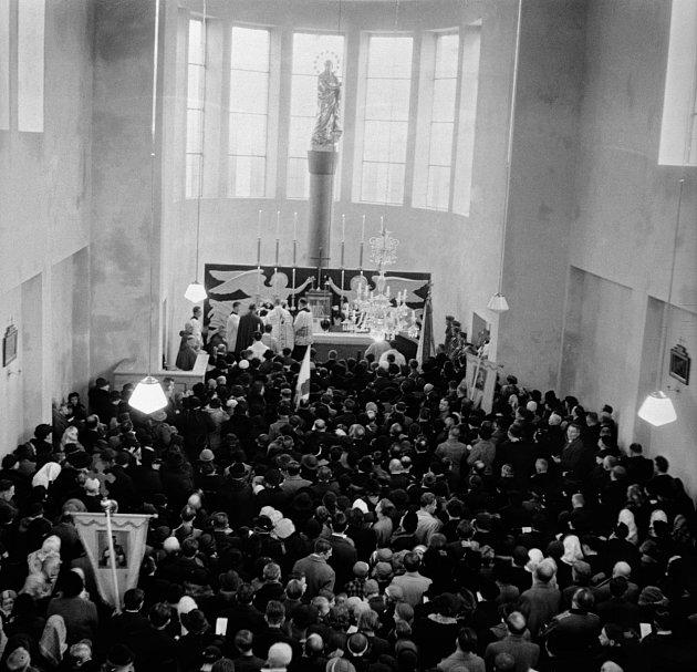1937. Slavnostní vysvěcení kostela Panny Marie Královny míru ve Lhotce dne 13.11.1937. Oltář nese zmenšenou kopii staroměstského barokního mariánského sloupu.