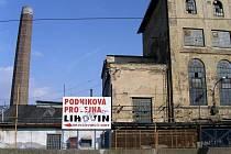 ZATÍM STOJÍ. Jednou z nejohroženějších pražských industriálních staveb je chátrající zlíchovský lihovar (Továrna na líh a potaš Fischl a Rosenbaum).