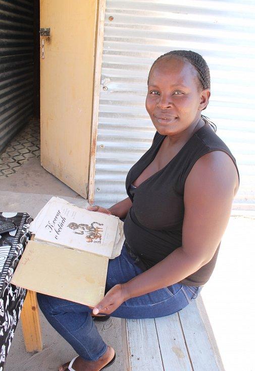 Namibijská Češka žijící na severu Namibie se svou českou pohádkovou knihou Kocour v botách.