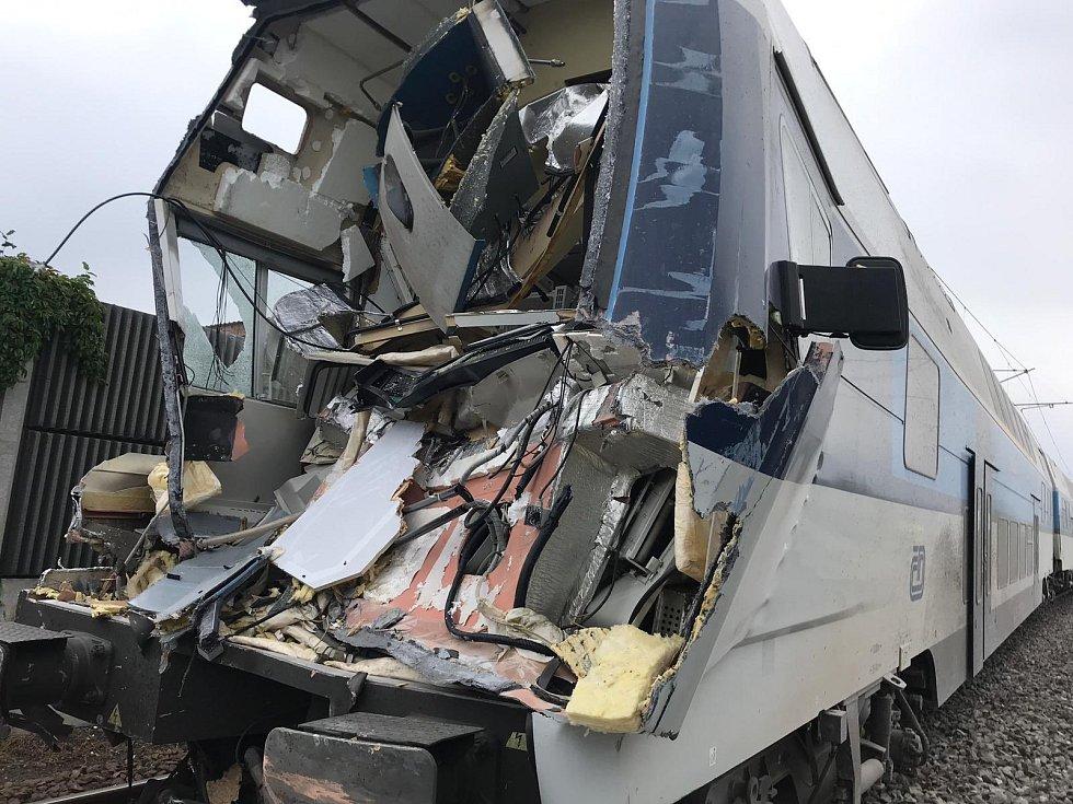 V pražské Uhříněvsi se vlak srazil s nákladním autem.
