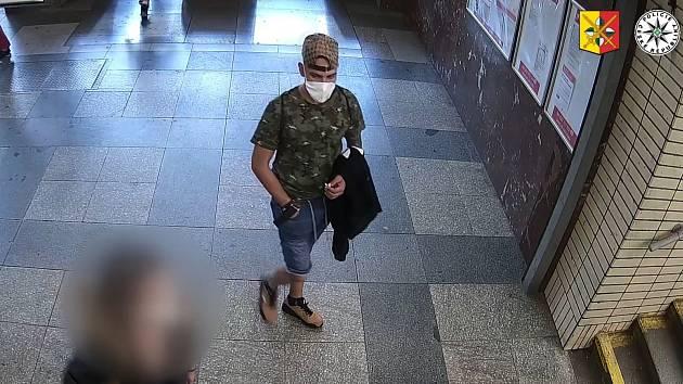 Policie hledá muže, který onanoval před mladou ženou a poté ji obtěžoval.