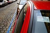 NEBYDLÍTE V CENTRU? NEVADÍ. Pro některé to při získávání rezidentní parkovací karty není nepřekonatelá překážka. Věc má ale háček./Ilustrační foto