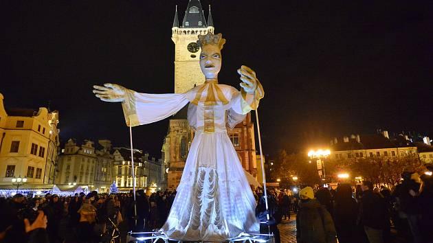 Sedmimetrová loutka anděla v doprovodu artistů prošla 29. 11. 2020 centrem Prahy a zahájila festival pouličního divadla Za dveřmi.