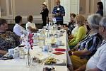 Nuselská radnice hostila ve čtvrtek setkání čtecích babiček (a také dvou dědečků), která jako dobrovolníci docházejí do mateřských škol a předčítají dětem před spaním pohádky.