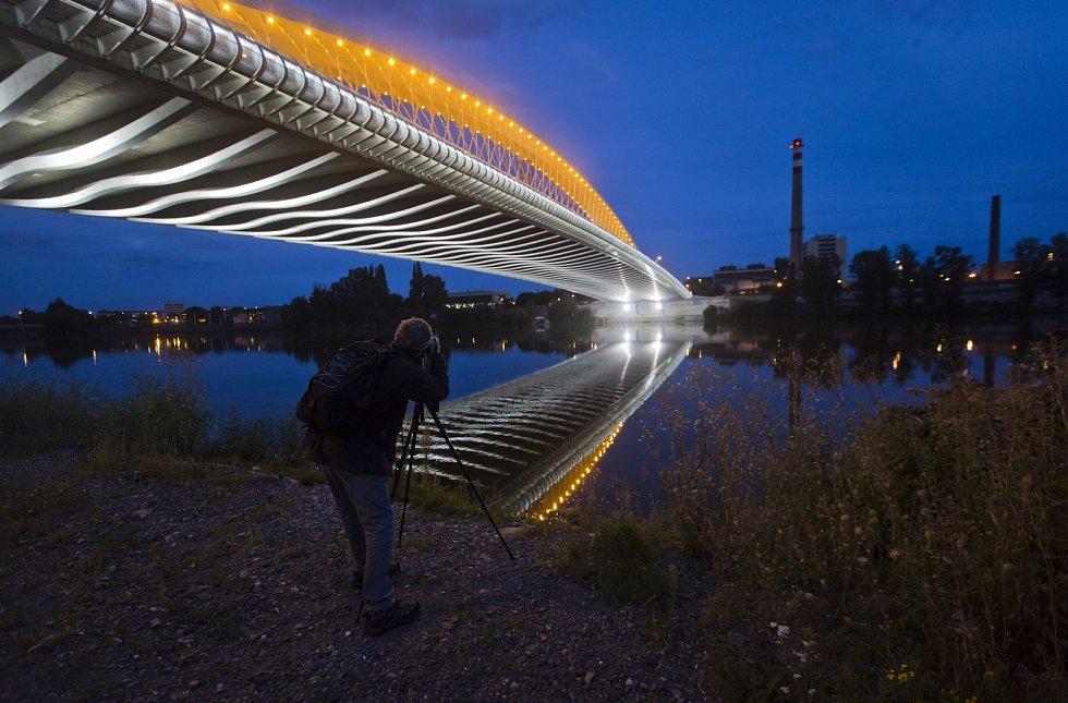 Osvětlený Trojský mostě v Praze 20. srpna před zátěžovou zkouškou.