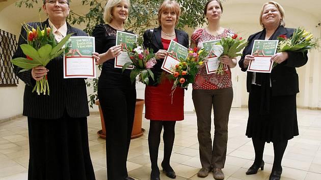 V centru Prahy byly předány ceny v celostátní soutěži o Nejlepšího učitele angličtiny 2010 pěti pedagožkám. Zleva Naděžda Kadlecová, Irena Šnebergerová, Eva Jeřábková, Barbora Miller Dočkalová a Jaroslava Pytlíková.