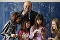 Jediný český kosmonaut Vladimír Remek navštívil v rámci projektu Vesmír 16. března 2009 žáky čtvrté třídy základní školy Londýnská v Praze.