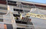 Hasiči se strážníci pomohli dívence zavřené na balkónu.