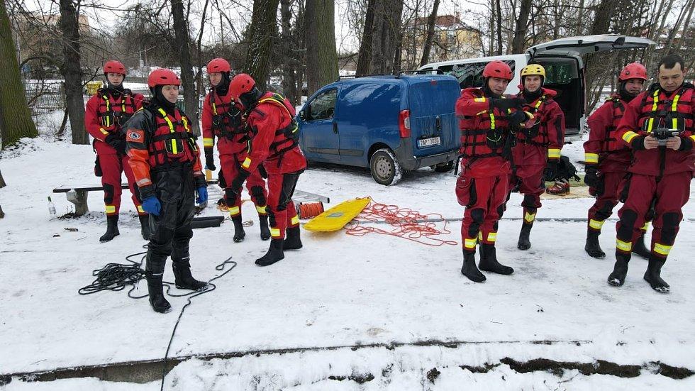 Pražští hasiči absolvovali pravidelný výcvik sebezáchrany a záchrany osob na zamrzlé vodní ploše