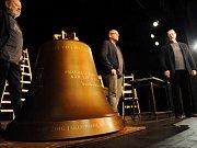 Na snímku (zleva) herec a manažer Divadla Járy Cimrmana Václav Kotek, moderátor Jan Pokorný a předseda Nadace Charty 77 Evžen Hart. V popředí je maketa připravovaného zvonu Václav.