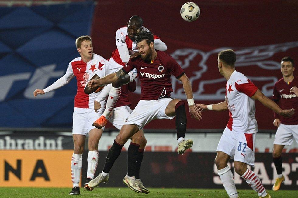 Utkání 10. kola první fotbalové ligy: Sparta Praha - Slavia Praha, 6. prosince 2020 v Praze. Zleva Abdallah Sima ze Slavie a Ondřej Čelůstka ze Sparty.