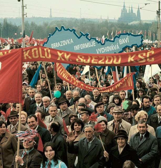 Účastníci prvomájového průvodu před hlavní tribunou na Letné. V pozadí je Pražský hrad. 1. 5. 1976.