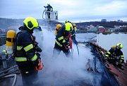 Hasiči likvidovali požár střechy ve Vršovicích.