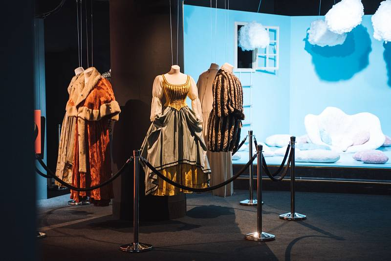 Pohled do expozice Svět pohádek Boženy Němcové a filmové kostýmy z pohádky Byl jednou jeden král.