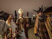 Mikuláš, čert a anděl v Praze.