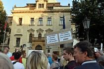 Demonstrace proti prodeji sídliště v Písnici.