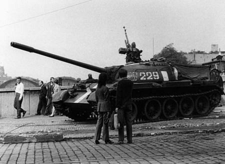 Fotografie z příjezdu okupačních vojsk v srpnu 1968 do Prahy.