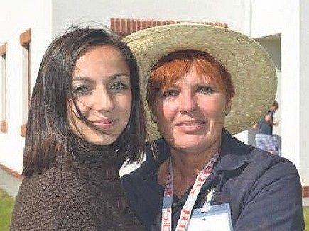 HANKA ABBASOVÁ při shledání s tetou Jindřiškou v Dětském domově v Krnsku, kde se o ni jako jedna z tet starala. Obě dodnes spojuje blízký vztah.