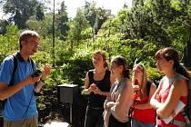 INSTRUKCE. Během zábavného dopoledne v rámci akce Praha alchymistická dostávali studenti různé úkoly. Učitel Michal Šíba napovídá přítomným studentkám, kde by mohl být ukrytý poklad. Pro jistotu přidává ještě GPS, kde jsou jeho souřadnice.