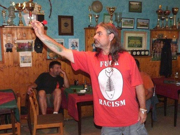 PLNĚ SOUSTŘEDĚN. Na hod se musí šipkař Josef Břečka zcela koncentrovat. Proti trémě mu před hodem pomáhá promnout si v prstech malé mejdlíčko.