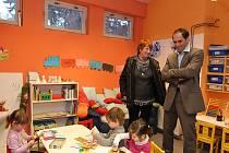 Ivan Kabický s předsedkyní Výboru pro výchovu a vzdělávání Marií Kousalíkovou navštívil včera dvě pražská centra, aby se důkladně seznámil s jejich problematikou, vybavením a provozem.
